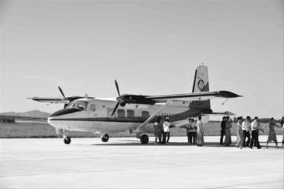 一架运12飞机降落在法库财湖通用机场