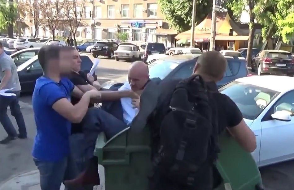 10月7日,乌克兰正兴起一种垃圾桶挑战(Trash Bucket Challenge),只是这种挑战针对的不是平民,而是被疑贪腐的官员。自9月份以来,已有十余名涉嫌贪腐的乌克兰官员被扔进垃圾桶中。  据悉,扔这些官员的人通常都来自极右翼组织联盟Right Sector,他们称这种公共羞辱是对腐败和犯罪的惩罚。他们认为,在前任政权中,政治家腐败与犯罪现象十分严重。但是批评家警告称,这些袭击距离暴徒正义和公共私刑仅一步之遥。据报道,Right Sector是多个极右翼组织的联盟,以激进闻名。该联盟