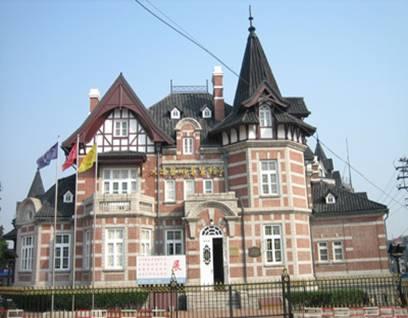 建筑面积4899平方米,钢混结构,俄式风格共三层,建筑红砖绿瓦,尖顶装饰