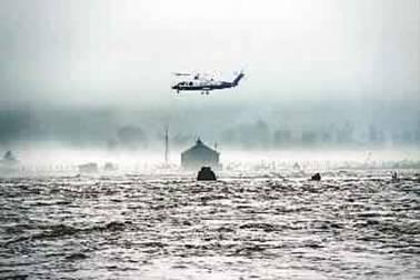 远处,隐隐传来轰鸣声,直升飞机由远及近,在遇险渔船上方悬停