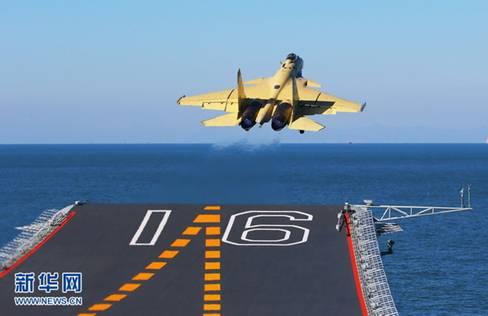 我航空母舰顺利进行歼—15飞机起降飞行训练
