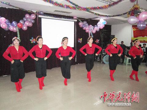 场舞爱在天地间_彩屯街道彩云社区党员和居民在新春联欢会上表演了舞蹈《爱在天地间》