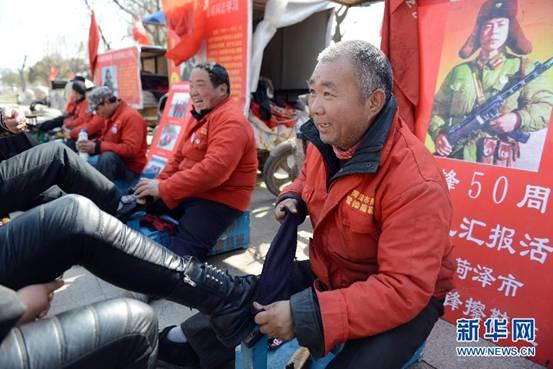2月27日,几名市民在观看朱利祥老人新出的板报。在南京市秦淮河畔的大石坝街上,有一面由12块小黑板组成的板报墙,板报的主人是75岁的退休老人朱利祥。7年多来,在社区的支持下,这面板报墙从无到有,从小到大,已经坚持出了2701期。板报内容涉及各类新闻、法制宣传、南京人文历史景观、健康养生、青少年成长、旅游常识、交通指南、天气预报等。为了办好板报,朱利祥订阅了多份报纸,还经常去图书馆查阅资料。新华社记者杨磊摄  2月27日,朱利祥老人将新出的板报挂上架子。新华社记者杨磊摄  2月27日,朱利祥老人(左)和老