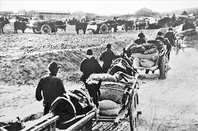 解放战争时期人民群众为解放军送粮。