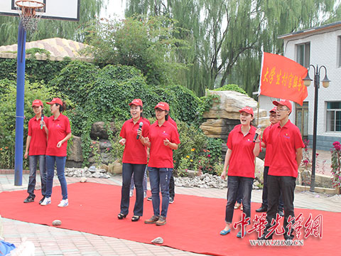 大学生村官志愿者服务队为敬老院老人表演(资料图片)-营口市着力