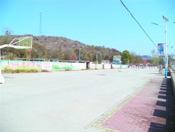 170平方米的健身广场……  来到连山区沙河营乡南王屯村,人们无