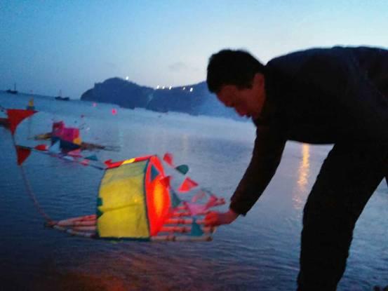 渔民祭拜海神娘娘,祈求新年平安幸福 3月3日正月十三,是庄河海岛人的特殊节日海灯节。庄河王家、石城两岛上的渔民们早起便去祭拜海神娘娘,祈求新的一年能够平安幸福。 在王家岛上,就在别人轻松地过节的时候,在大连市非物质文化传承人许永贵和他的亲友们还在紧张地忙碌着,他们还在继续制作着海灯。他的院子里放满了由秸秆和槐枝串起来的小船灯。这些小船灯们可不是自家放的,它们都是附近居民订购的。一般从初十开始就陆续有人买了,十二三的时候人最多,许永贵说。 据他介绍,为了做出足够的海灯,他从春节前就开始忙活,前前后后