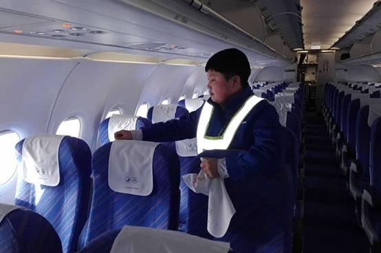 当人们阖家团圆、共庆佳节的时候,总有这样一些人,他们仍然默默坚守在工作岗位上。南航飞机勤务员吴莎莎就是其中一位。 机上勤务的工作往往被简单的描述成卫生清洁,直到与他们接触,才真切感受到了这群看似平凡却又着实可敬的人们的辛苦。  飞机勤务吴莎莎在工作中 吴莎莎,85后,内蒙古呼伦贝尔扎兰屯人,开朗热情、快言快语。在沈阳机场工作已经11年了。每天负责清洁南航飞机客舱卫生、勤务用品配发和回收的工作。一架飞机在经停站只有八分钟,这时我们就要去马上清洁飞机客舱卫生,做勤务用品的回收。为了保障过站,时间确实比较紧凑。